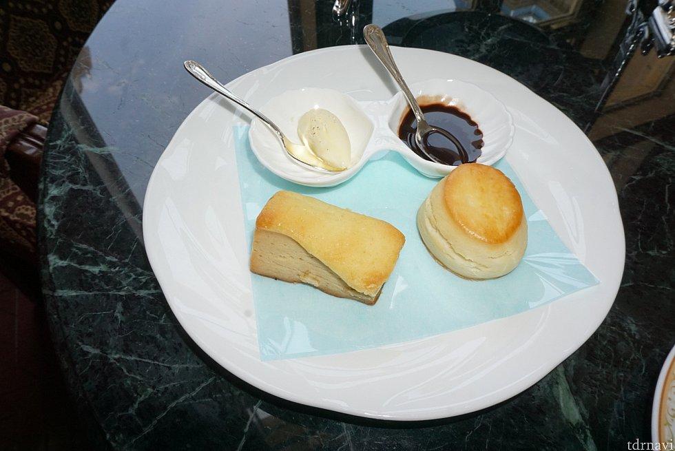 二段目は、プレーンのスコーンとパッションフルーツ&バナナのスコーン クリームバターとチョコレートソースをお好みでつけて食べます。