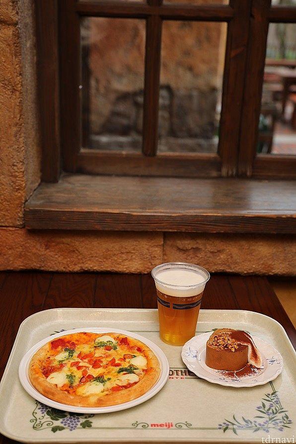 別の日のランチです! ピザとビール、デザートをオーダー 気軽にアルコールが飲めるのが嬉しいですね♪