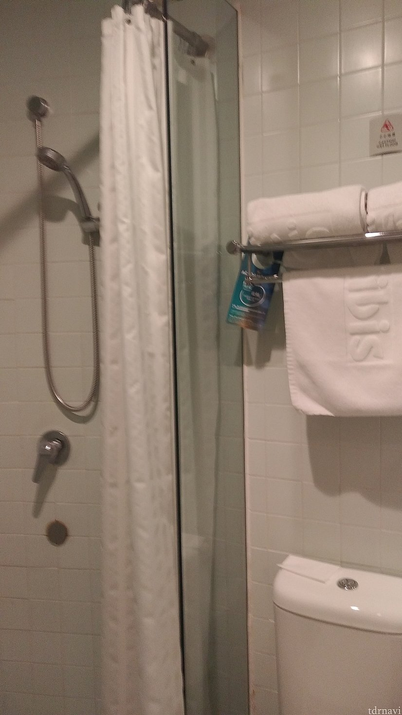 マストなシャワーブースが独立しているところ。 ただし、液体せっけんは諸々が混ざったものなので、日本から持参がベスト