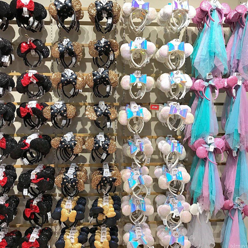 スプリングスのWorld of Disney。壁一面にカチューシャが!右のチュール付きがユニコーンカラー