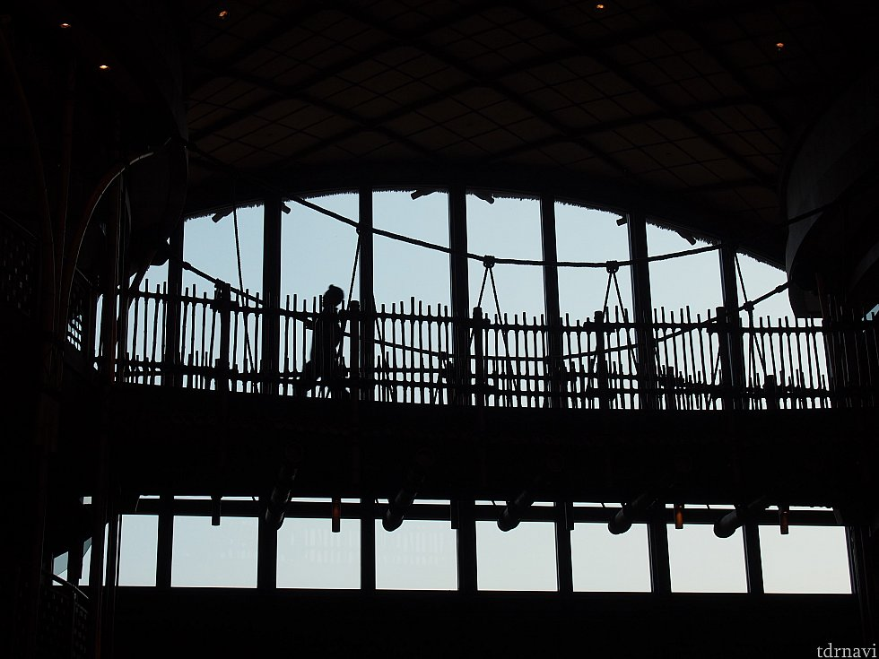 ホテル内。吊橋あるのよ!