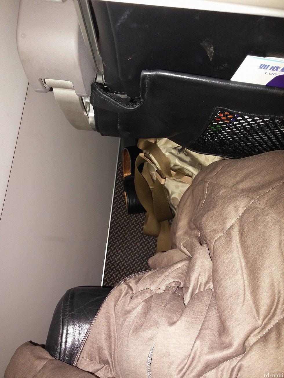【香港エクスプレス】またまた鞄が見苦しいですが、コート膝に掛けるとあまり余裕なし。