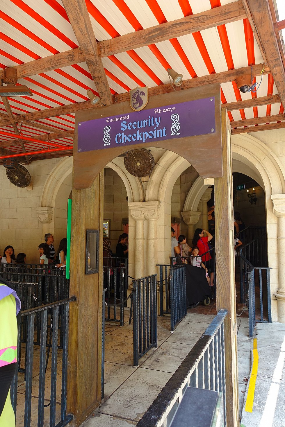 ちゃんとセキュリティゲートがあります。ただし、エクスプレス列でしか通れません。