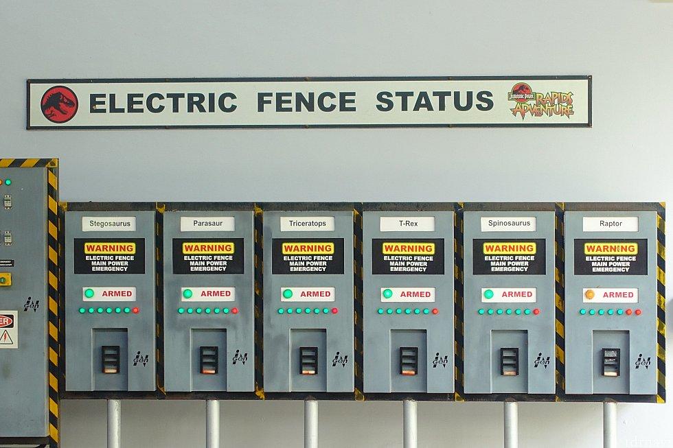 電気フェンスの状態が確認できますね。おや、ラプトルのフェンスが黄色ランプになっていますが…