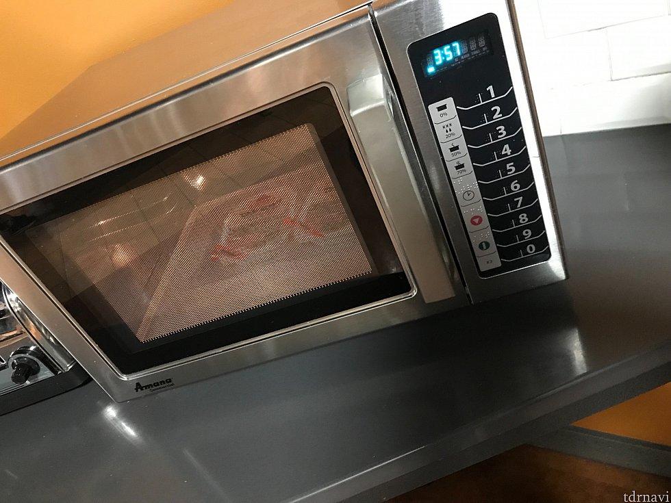 フードコートの電子レンジです お米が恋しくなった時に使用しました 使い方はイマイチでしたが右のボタンを押していたらなんとかなりました