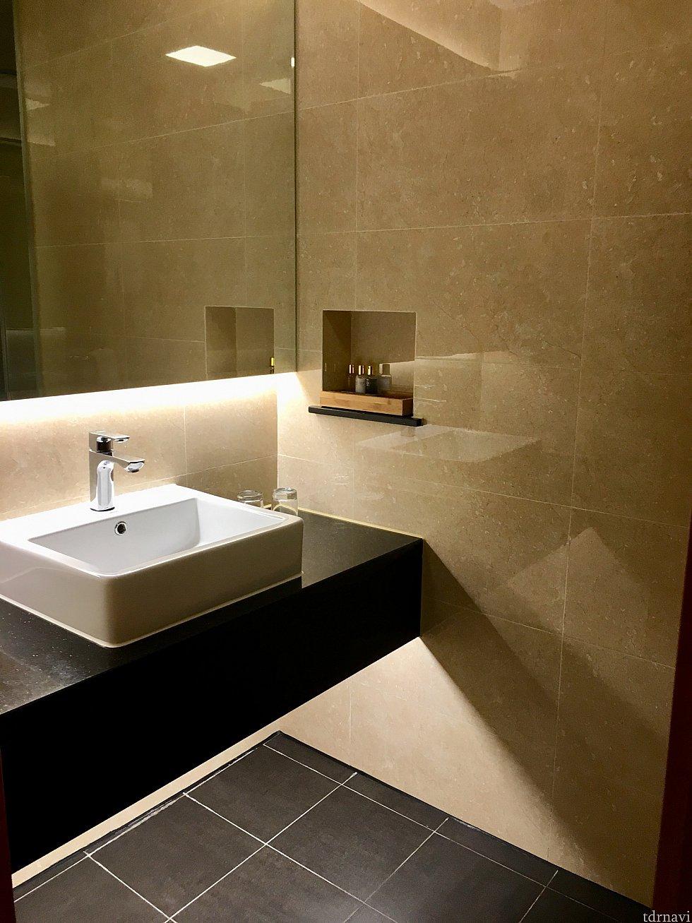 トイレ・シャワー向かいの洗面台。清潔できれいでした。