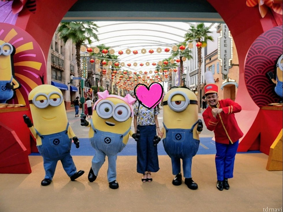一緒にも撮ってくれました。ぜいたく~😍 私は160cm以上あるのですが、ケビンやスチュアートとは身長がほぼ変わらず…シンガポールのミニオンたちは背が高め&色が薄い気がします😜
