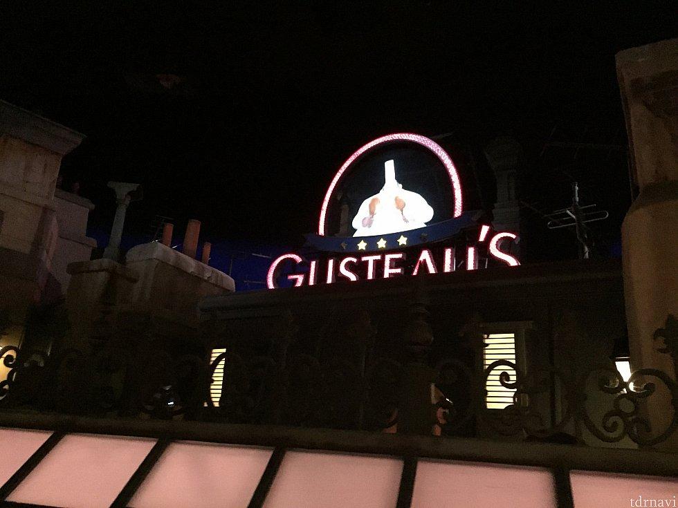 待ち列に現れるグストーのレストラン。映画同様グストーが動きます。