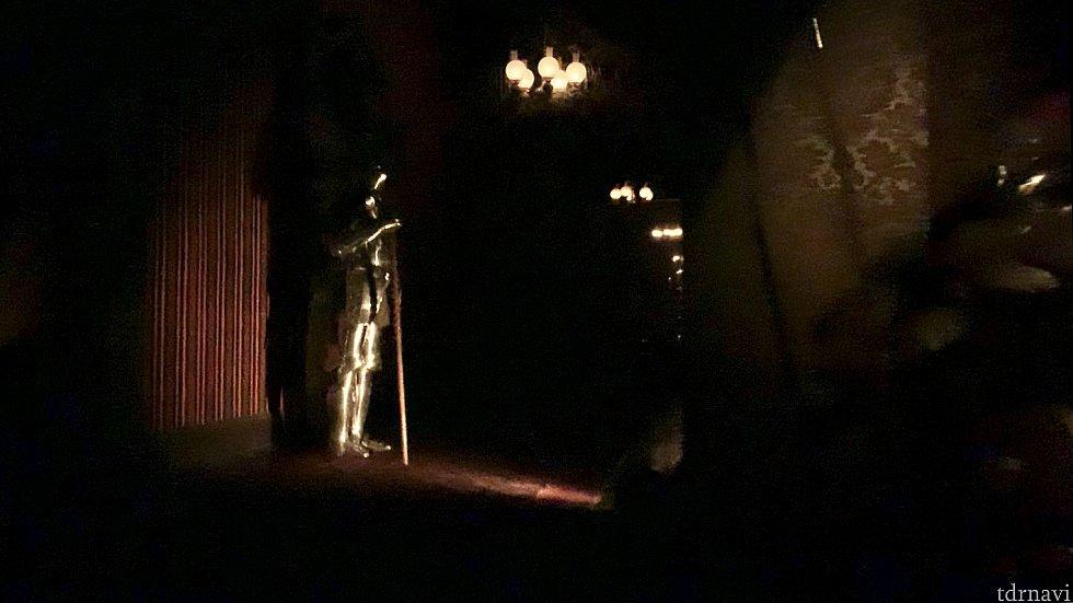 アトラクション内は動画で撮影したもののトリミングになります。真っ暗だったのを無理矢理明るくしてるのでお見苦しいかと思いますがご了承ください〜 その4:どこまでも続く廊下の甲冑 暗い中ちょっと写ってますが、右の甲冑がいつもあるもの。左の甲冑突然動きますw