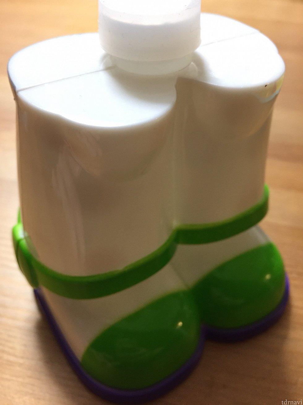 足の部分にシャボン玉液を入れる所があります! こちらは最初購入したときにはフタと封がされています☆ 使用せずに持ち帰る時は必ず預入れの荷物にいれましょう!!