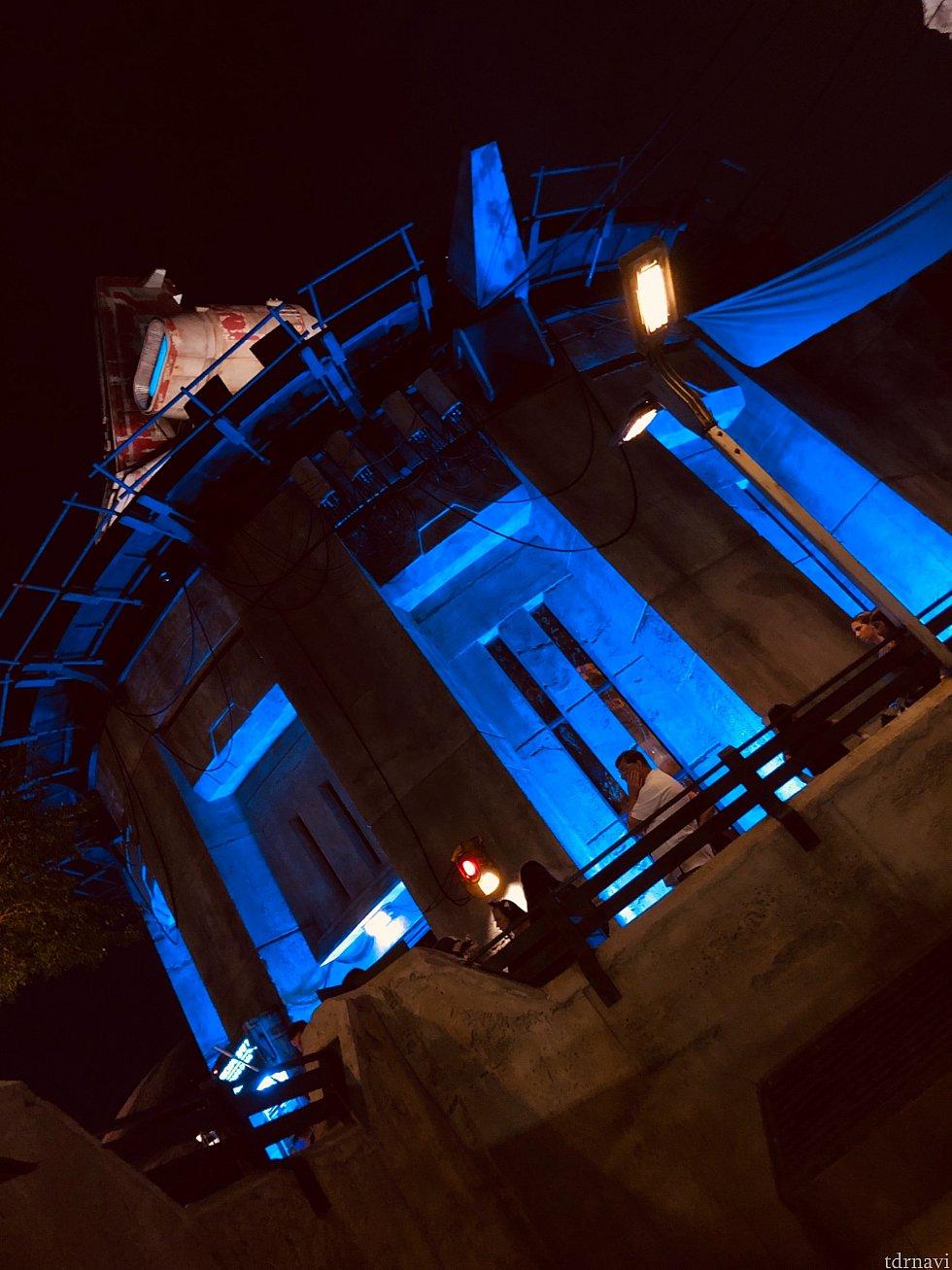 Docking Bay 7 Food and Cargoレストランはブルーに照らされ、存在感を増していきます。