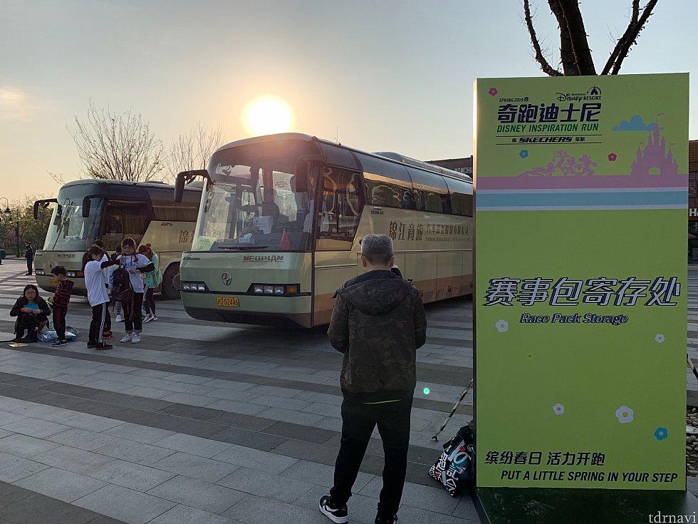 スタート地点付近にも荷物預けのバスが…。駐車場で預けずにここで預けるのが便利ですね!