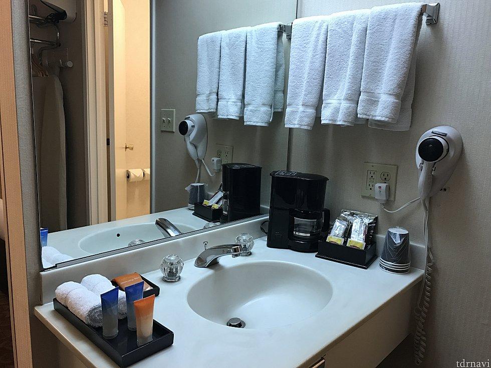 洗面台はバスルームの外側にあります!