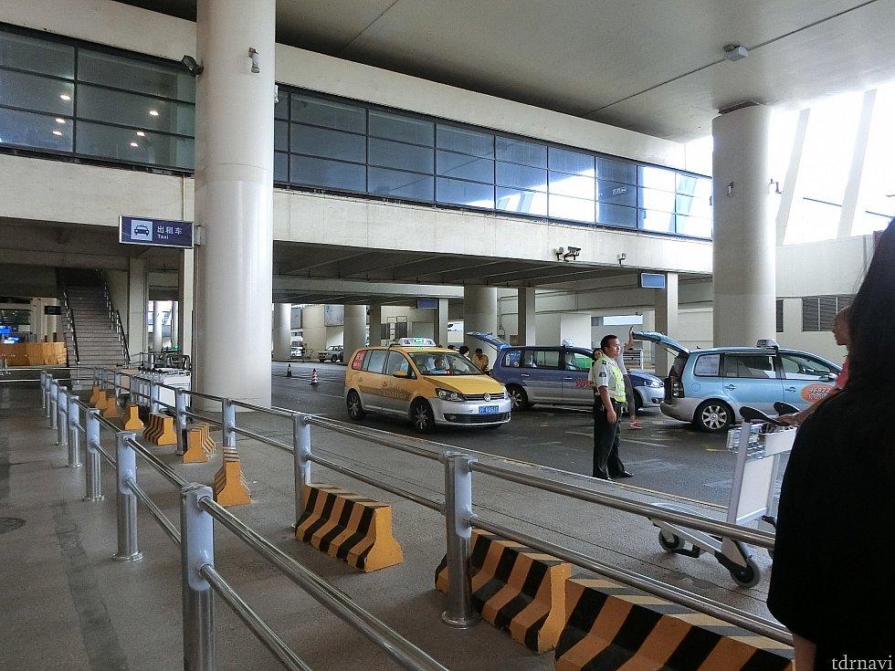 お昼時のタクシー乗り場の様子。次々にタクシーが来て、スタッフの方が順番に案内してくれます。