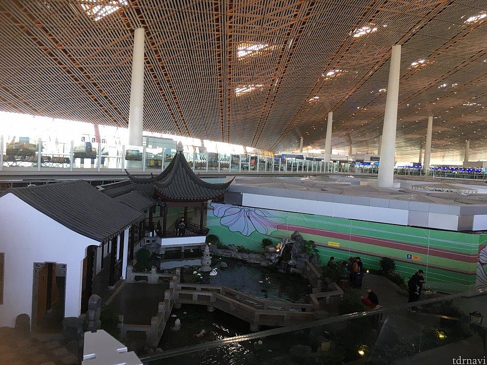 帰りの北京ではゆとりがあったので、ラウンジでのんびり。空港内にはこんな風情のある建物もあるんですね