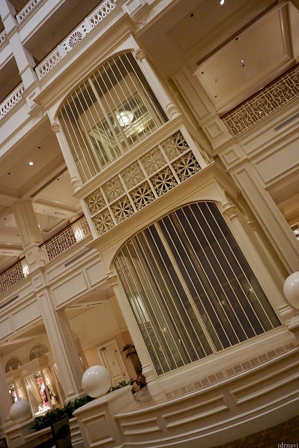 反対側には、鳥籠の様なエレベーターが。もちろんゲスト用のエレベーターで、1階と2階を往復します。