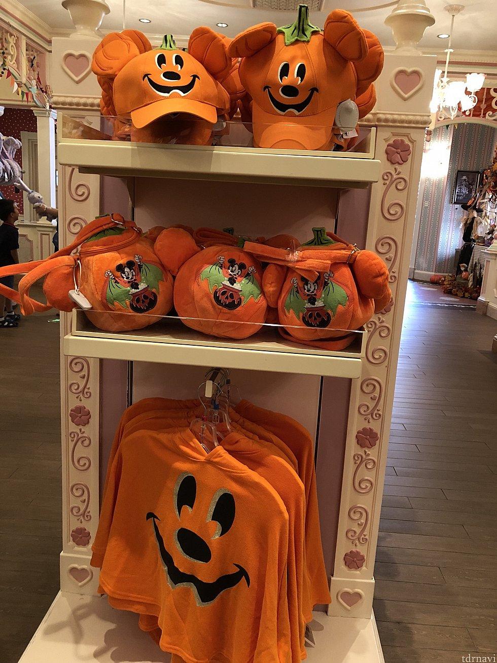 上から かぼちゃキャップ 169元 かぼちゃポシェット 169元 かぼちゃポンチョ 299元