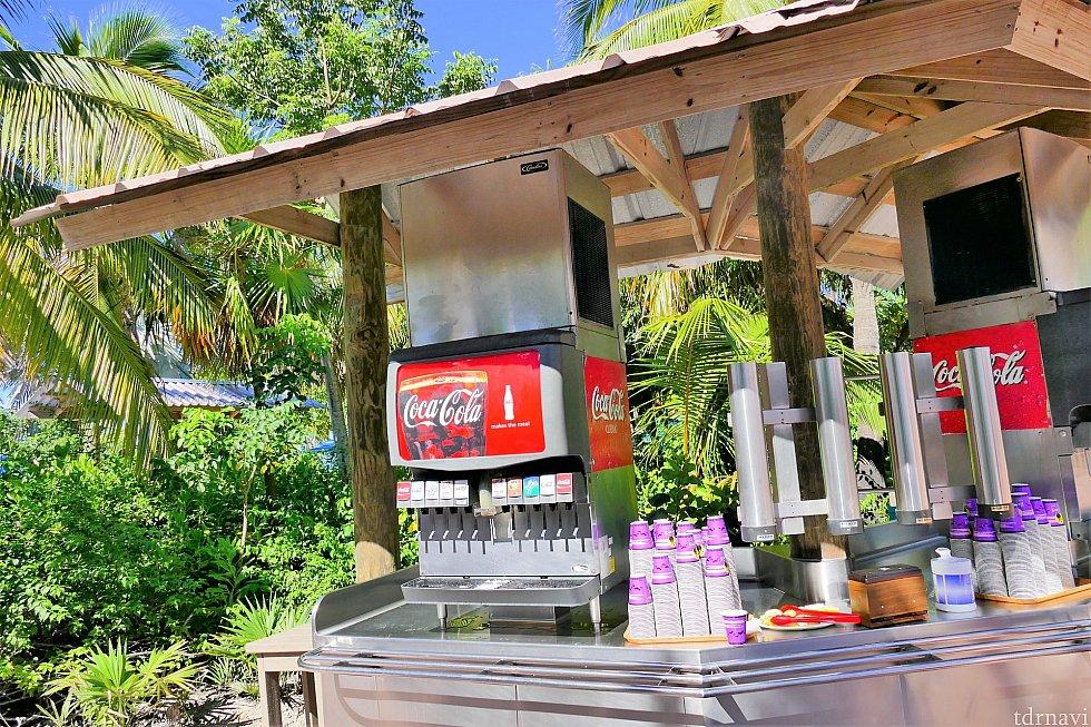 Cookie's BBQのエリア内にあるドリンクステーション。こちらのドリンクは無料です。コーラ、ダイエットコーク、スプライト、Hi-C、アイスティー、水などがあります。