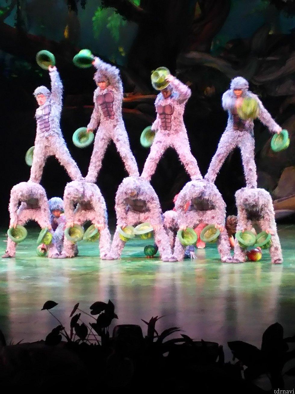 ターザンとゴリラ達が遊ぶ場面を、組体操や曲芸で表現。