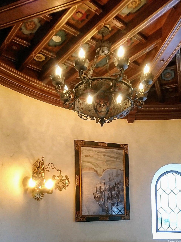 待合いスペースの天井がカッコイイ!照明のデザインも素敵✨絵画も気になる😆