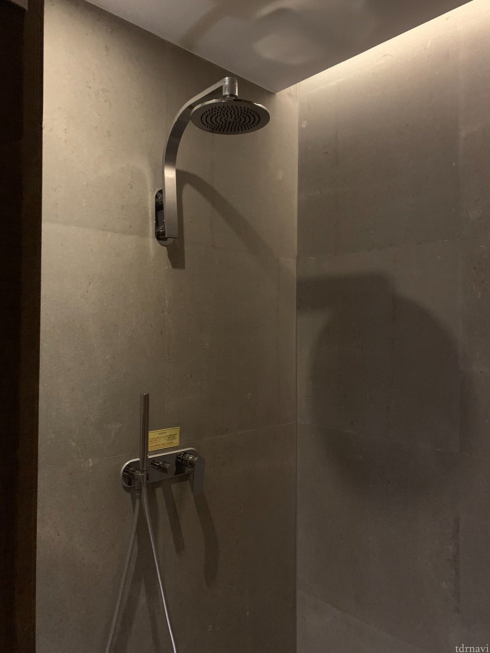 シャワーは固定型と可動型の2つ 水圧はちょっと弱いかな???
