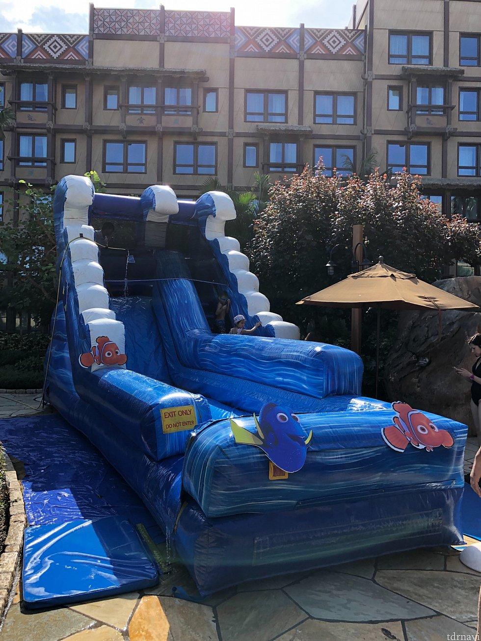 ロッジの15時からのアクティビティのニモのスライダーです。このスライダーはプールサイドにあってプールが使える宿泊者でないと遊べないかも…。