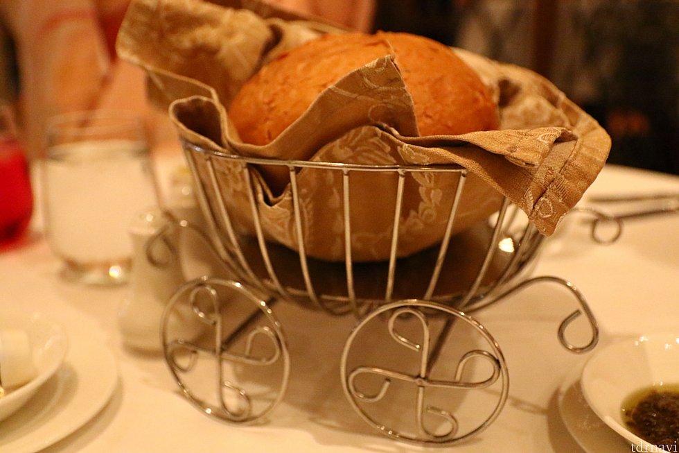 パンはカボチャの馬車のようなカゴに入ってます。
