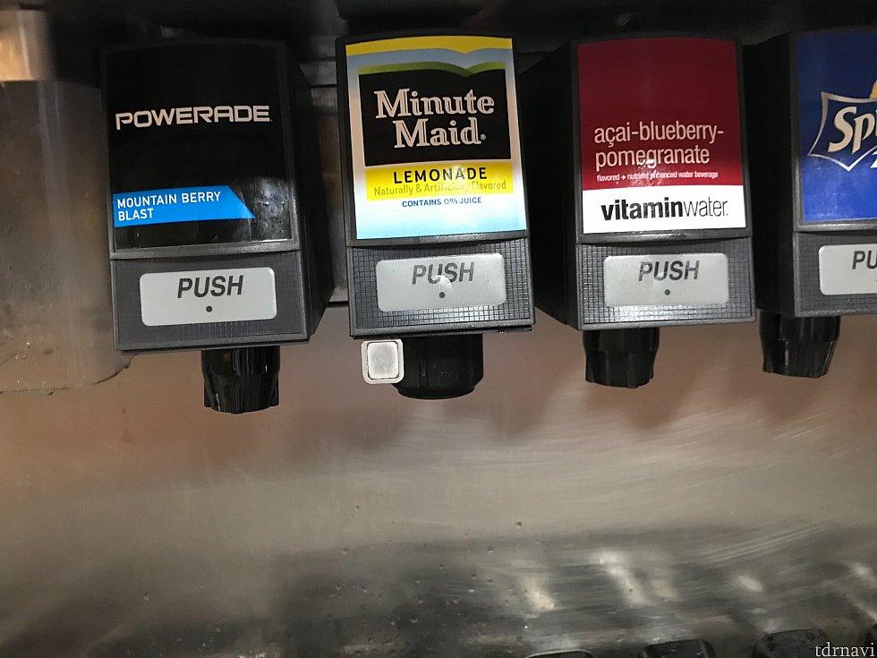 ミニッツメイドの所にある小さなボタンを押すと水が出ます これはリフィルマグを使用しなくても出るので私たちはペットボトルに水を入れてパークへ持って行っていました お湯が出る場所もありますので、お茶の粉を持参すると現地でもお茶が飲めます
