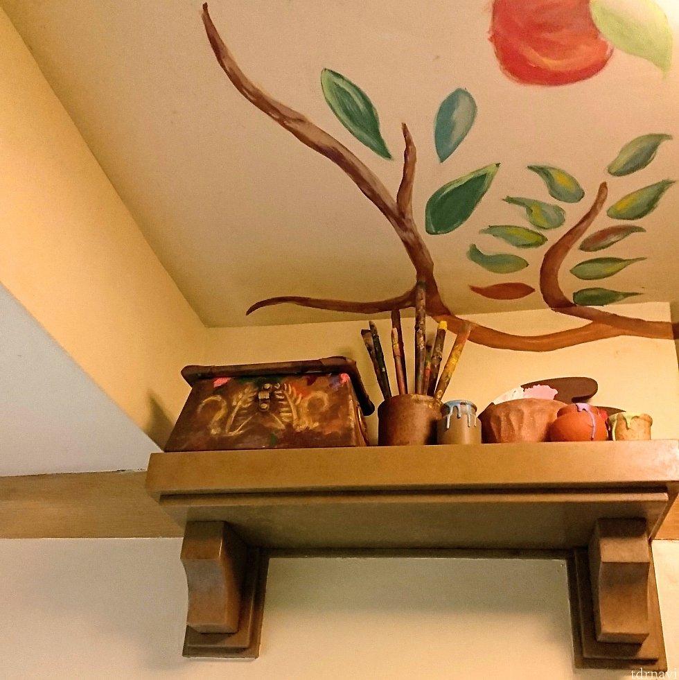 高い棚には、ラプンツェルの絵筆などが置いてありました。