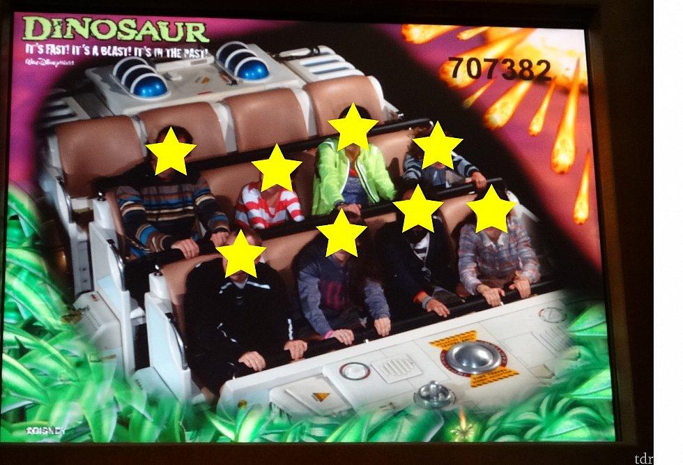 恐竜が襲ってくるシーンで写真を撮られてしまいます。ゲストは一斉に恐竜がいる左上を見上げてました。