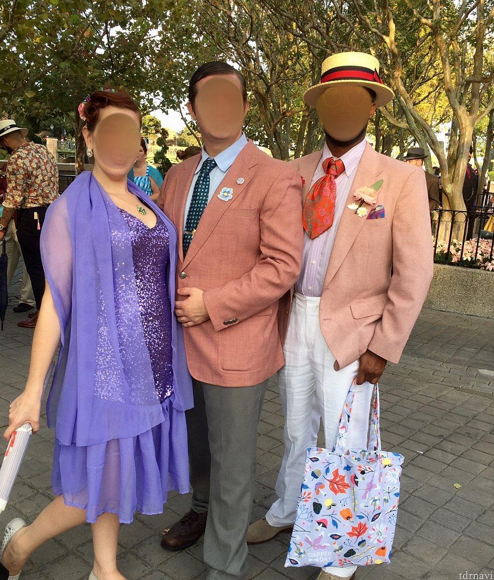 続いて目を引いたのがこのグループ。全体の色合いが素晴らしいです。女性のドレスも素敵なんですが、右側の男性のセンスが良かったです。色合いと言い、アクセサリーと言い、男性での1番手は彼だと思いました。