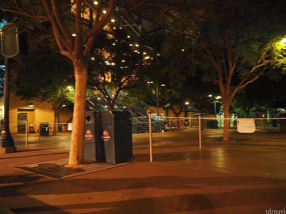 ハイピリオンシアターのスタンバイ列近くが、特別鑑賞券エリアです。
