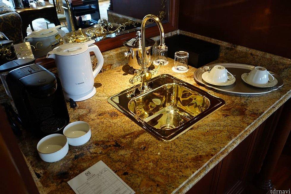 コーヒーメーカーあります。ただ、ここの水道はあまり使用されないのか美味しくなかったです。