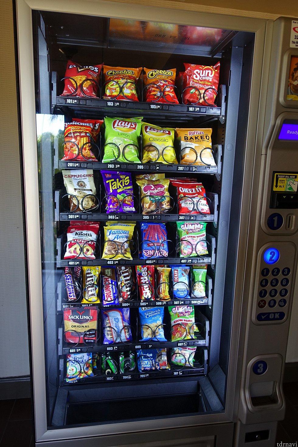 自動販売機にはスナックも。