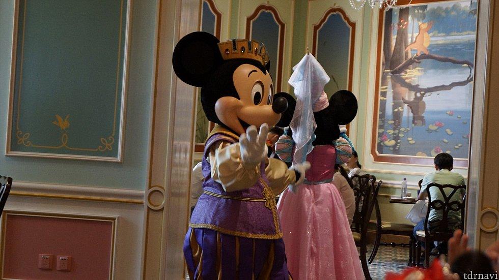 踊った後はミニーと一緒に次の部屋へ