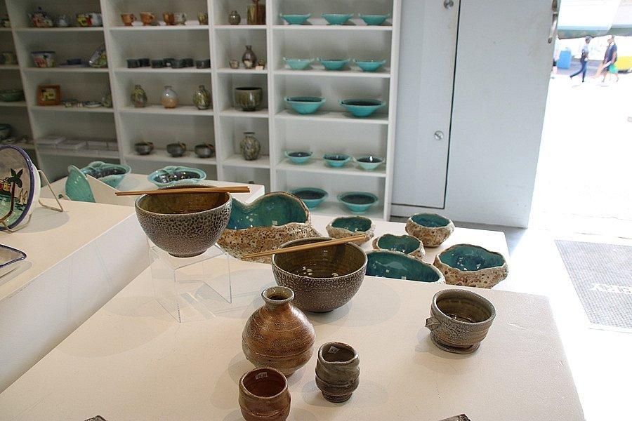 和風食器や花器が比較的リーズナブルです。 備前焼のような風合い、sand(塩)を釉に使ったり個性的です。