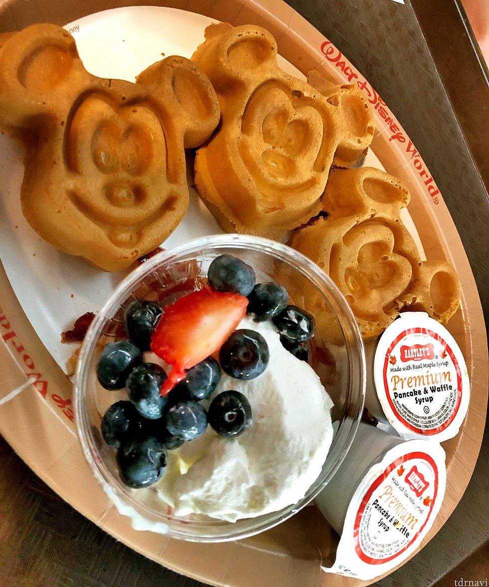 Animal Kingdom Lodgeのミッキーワッフル。 ポップセンチュリーにはない、ホイップクリームとベリーが添えられていて、ホイップクリームがとってもおいしかったです。