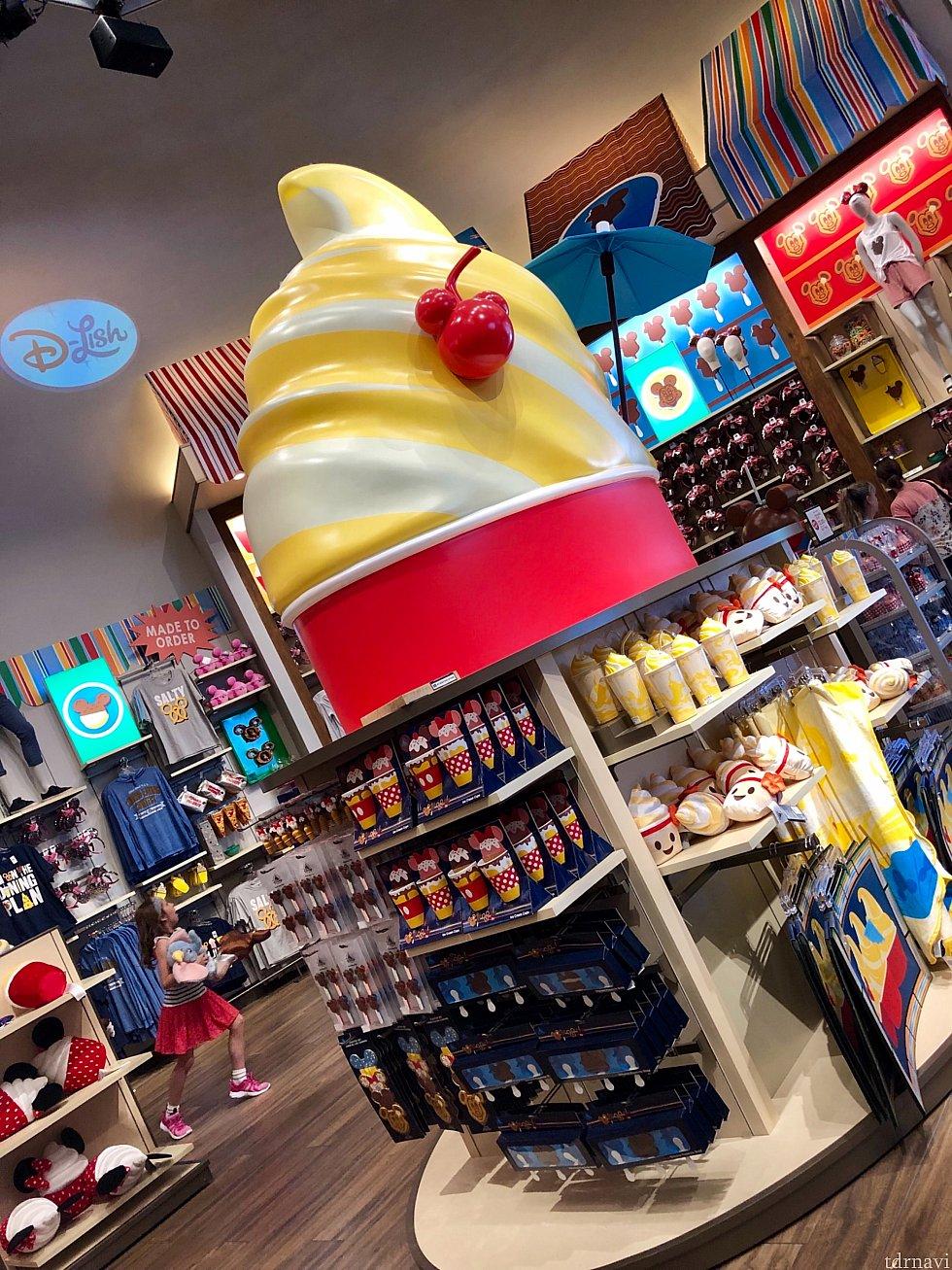 WDWパークで人気のデザート「ドールホイップ」が大きなモチーフになっているエリア。