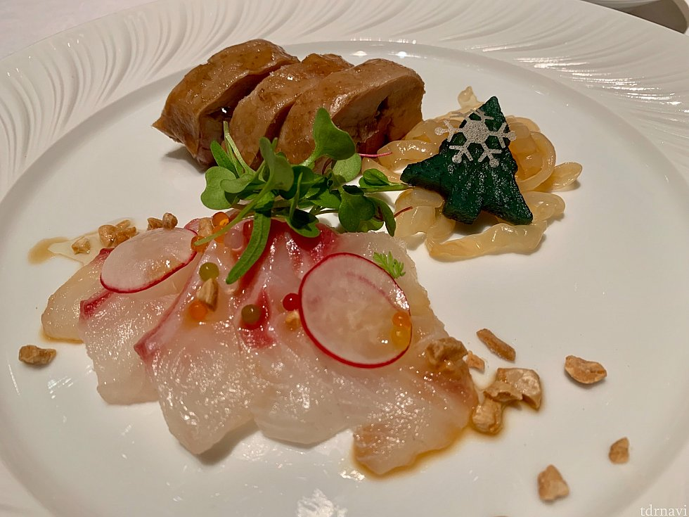 前菜の「白身魚の広東風刺身と鶏肉のスパイス醤油煮込み」は鯛はさっぱり薄味しょうゆ、鶏肉は八角がきいてて少し癖があります(私は苦手)。ツリーはすっぱい大根の漬物です!