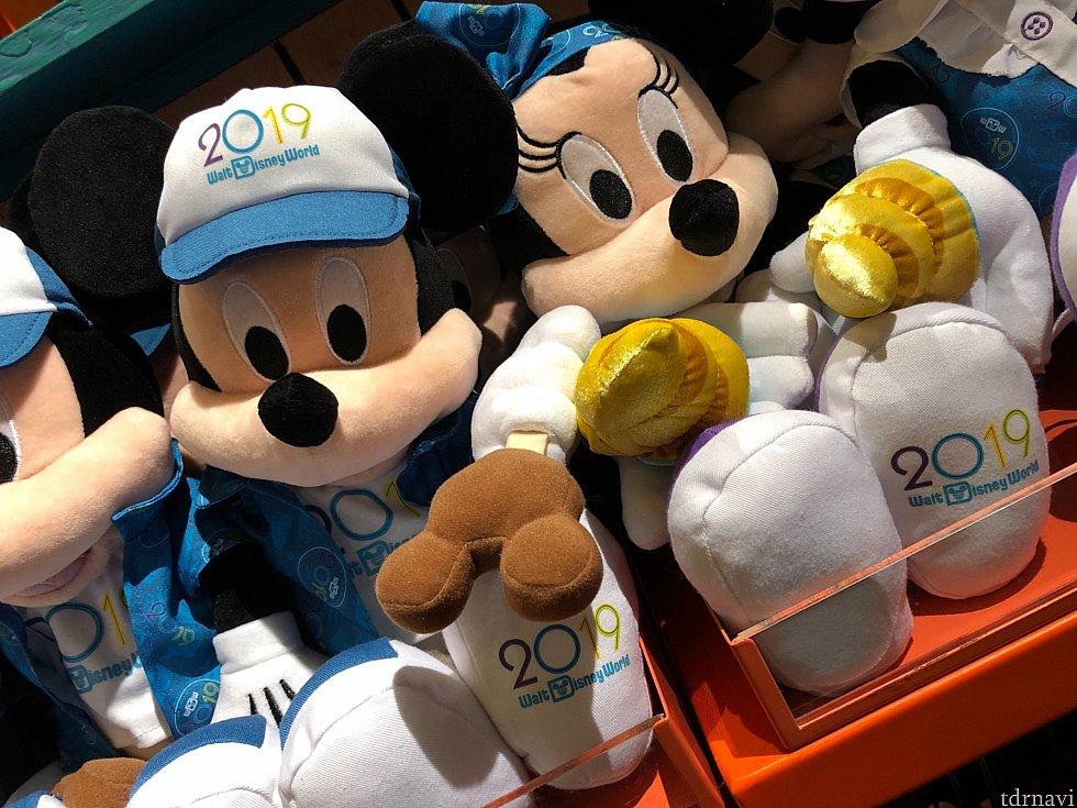 2019年バージョンのミッキー&ミニー。それぞれ手には、ミッキー型アイスクリームと、ドールホイップが。$29.99