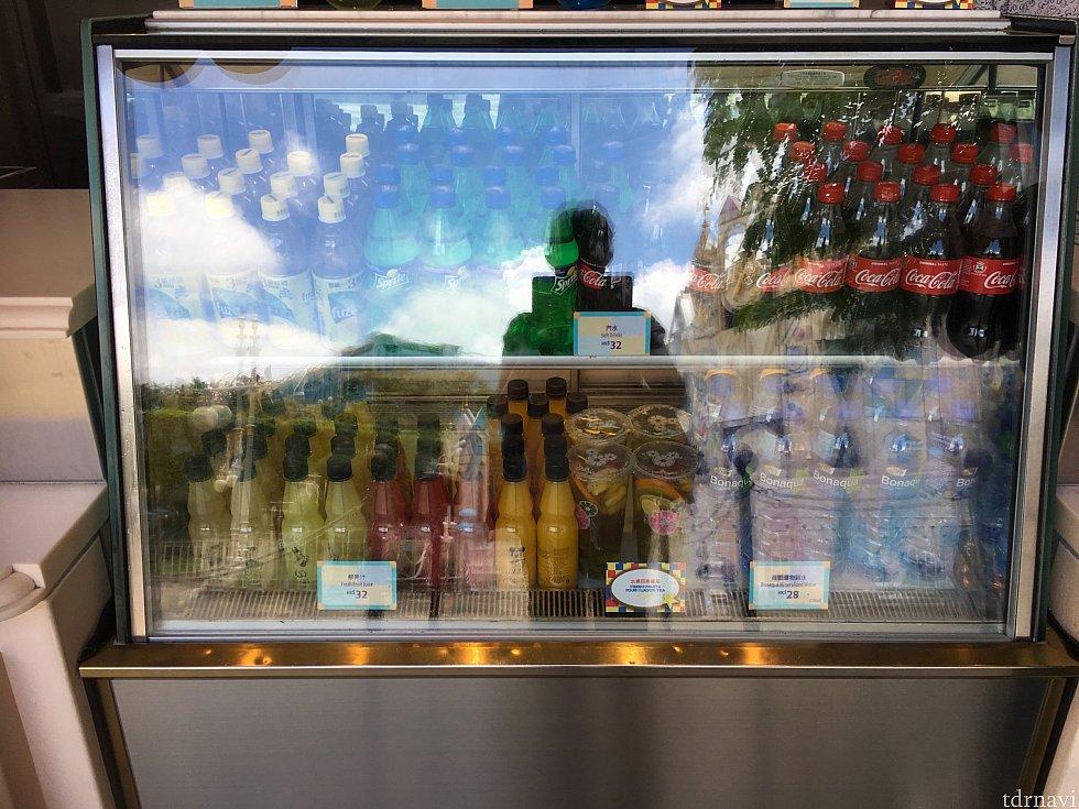 ジュース類は下の冷蔵庫に。アイスとともに買うのも便利ですね