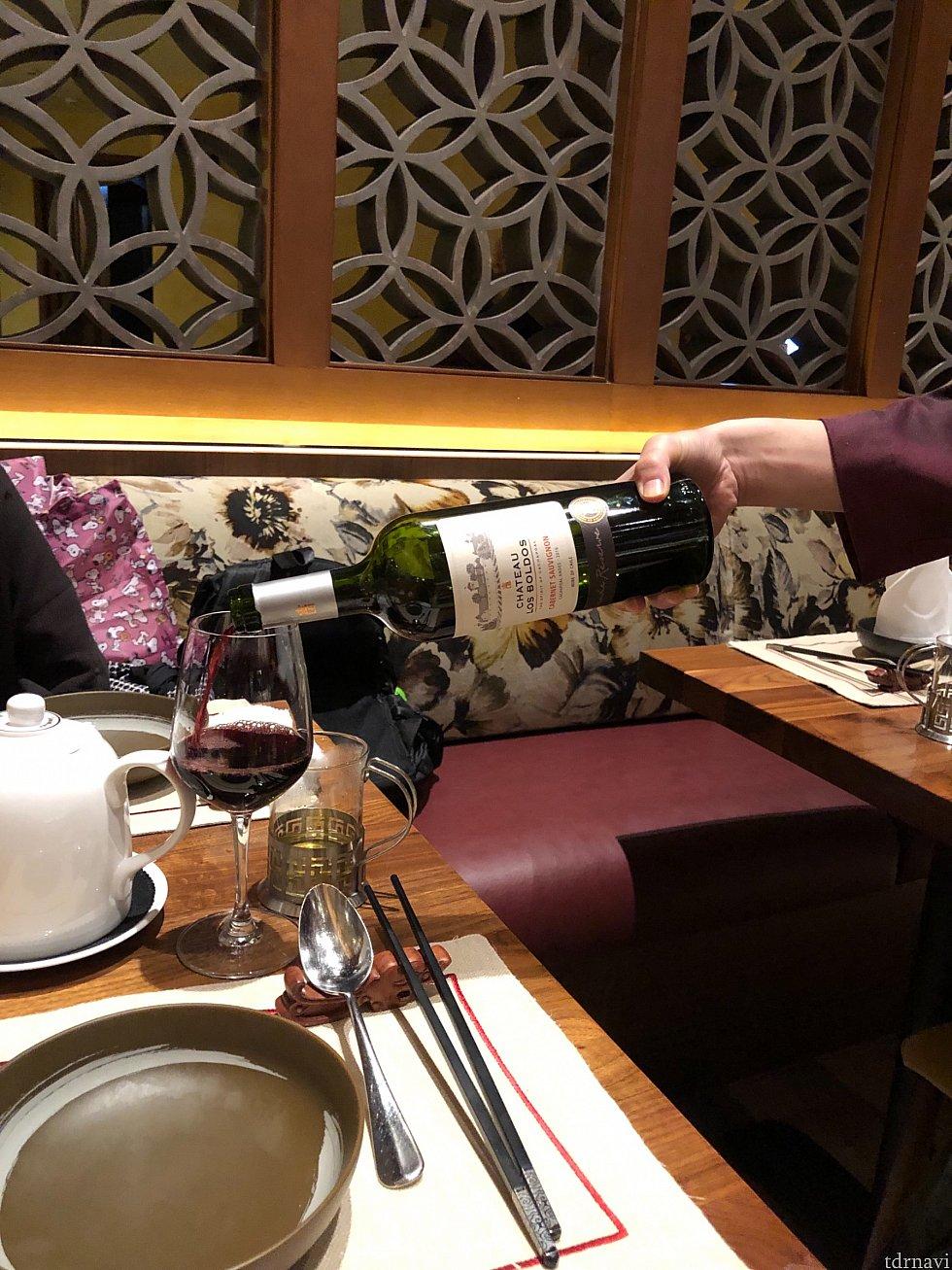 アルコールのメニューも種類が揃っていました。ワインはサーブ前にテイスティングもあります。