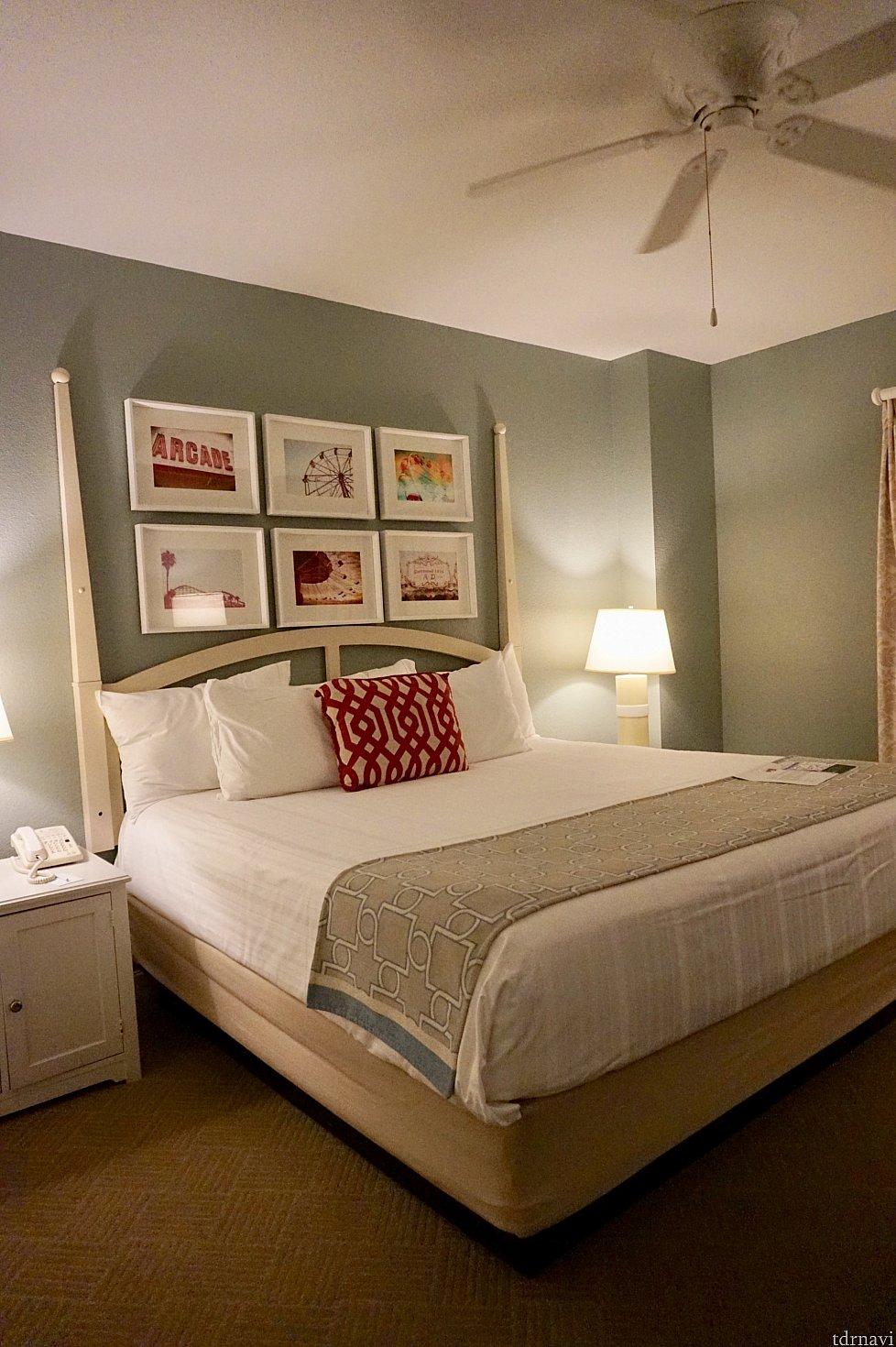 ベッドルーム。大きなベッドは快適な寝心地です。