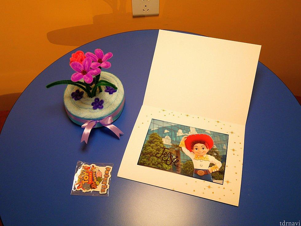【バースデーデコレーション】 テーブルにはタオルケーキ、マグネット、ジェシーのサイン入り写真まで付いてました😁