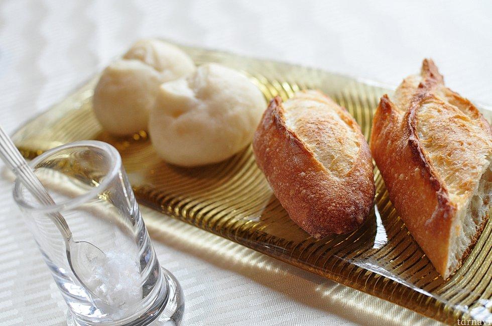 【パン】左から白い方が米粉のパン、右がバケットです。お代わりも頂けます。