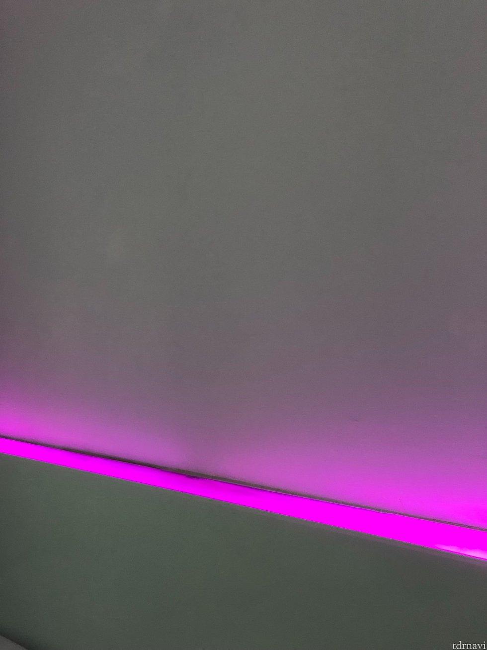 壁のライティングが調整可能です。近未来風というか、ラブホテル風というか。