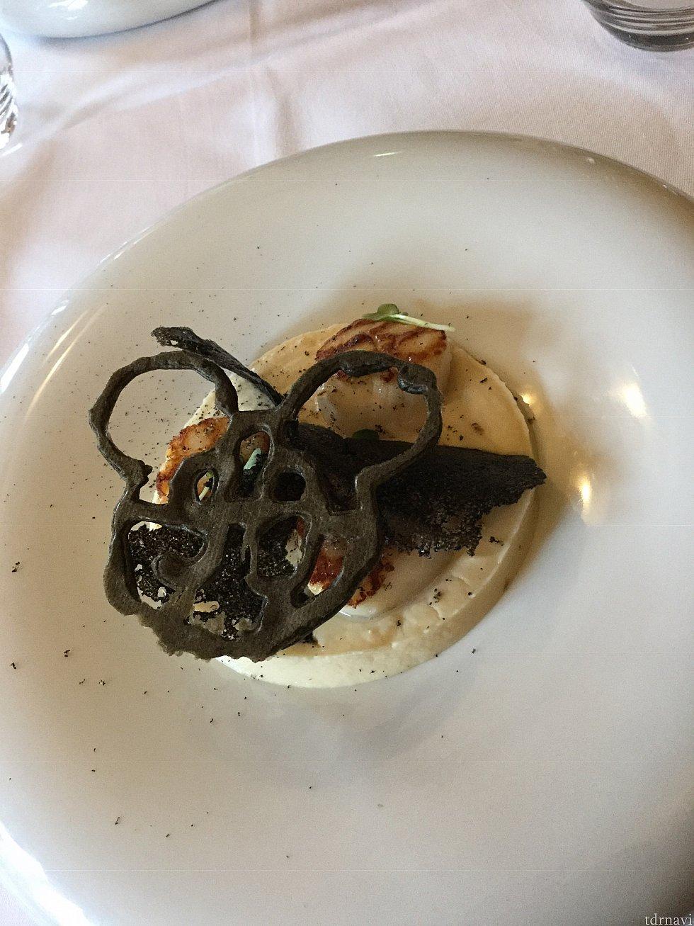 前菜はホワイトソースに帆立のソテーが3つ、上のミッキー型はサクサクしてて食感のアクセントに