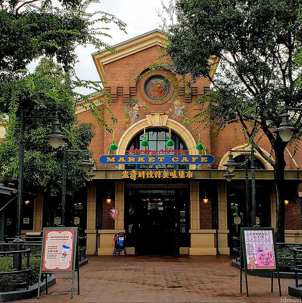 こちらがミッキー&パルズ・マーケット・カフェの入口。 右の看板はダッフィーのメニューのお知らせ。