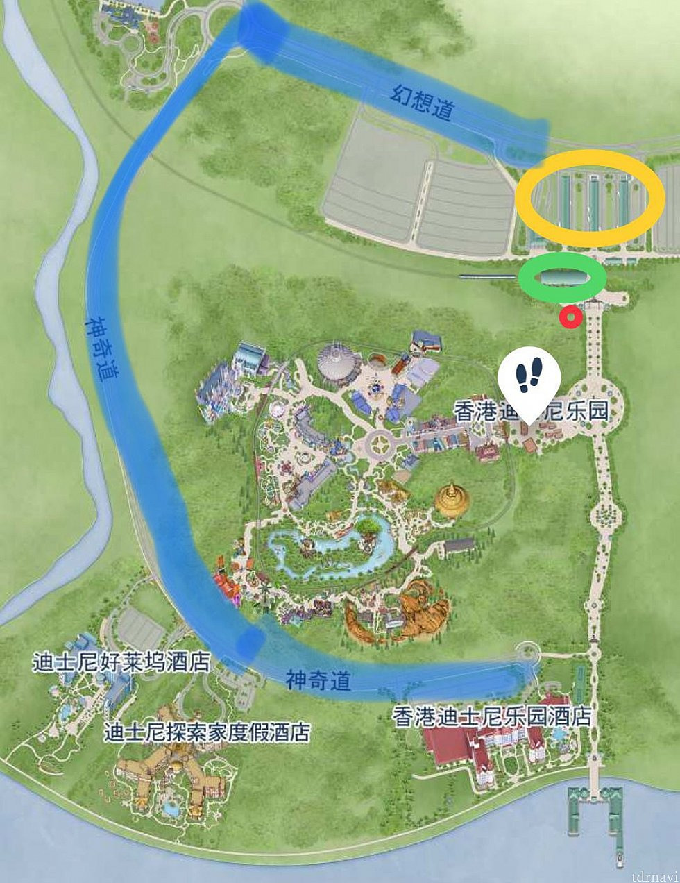 黄丸がシャトルバスターミナル、緑丸がリゾートライン香港ディズニー駅、赤丸は荷物預かり所、足跡マークはパーク入口です。青ラインがバス走行ルート。ホテルは左からハリウッドホテル、エクスプローラーズロッジ、ディズニーランドホテルとなります。