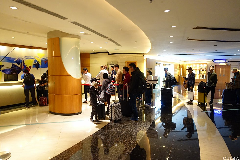 時間帯によってはフロントが混雑することも。この行列は予約していない人らしいです。